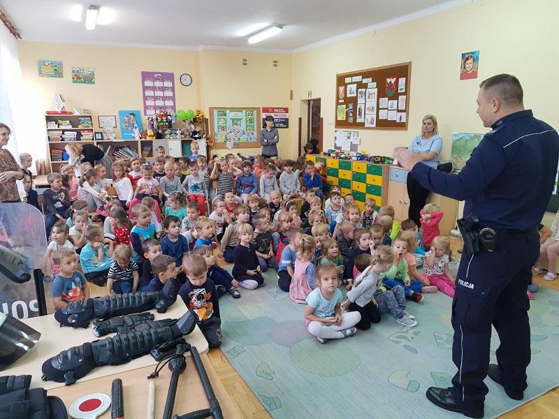 Spotkanie dzielnicowego z przedszkolakami