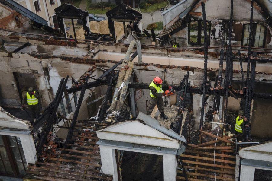 Terytorialsi pomagają uprzątnąć pogorzelisko po pożarze Domu Pielgrzyma w Kodniu