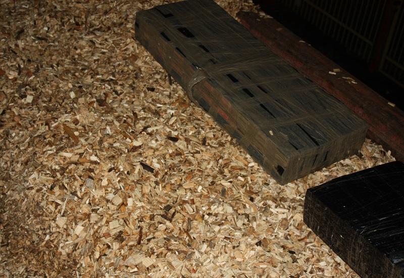Znaleźli nielegalne papierosy pod zrębkami drewna