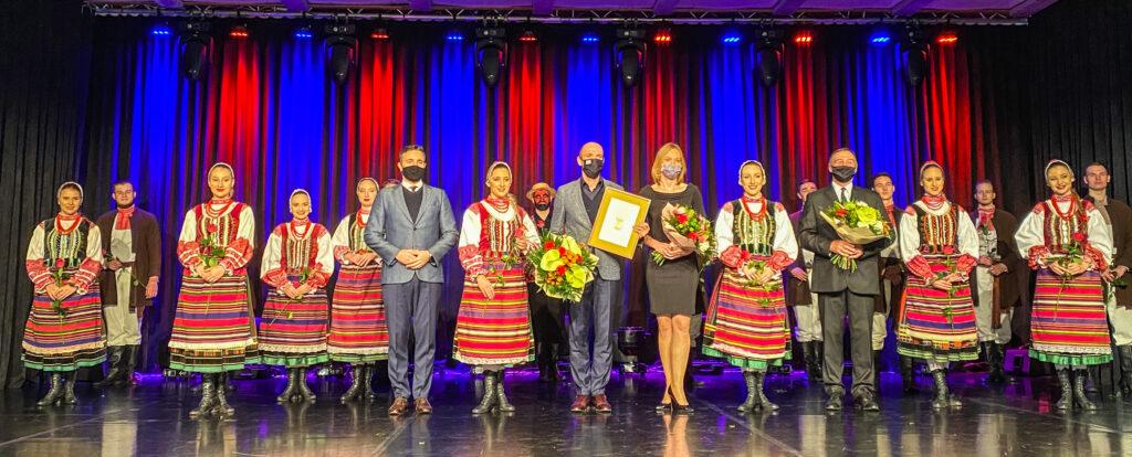 Zespół Pieśni i Tańca Podlasie otrzymał nagrodę z okazji 50-lecia działalności