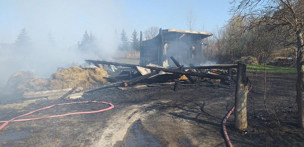 Czwórka dzieci bawiła się ogniem. Pożar pochłonął drewnianą stodołę
