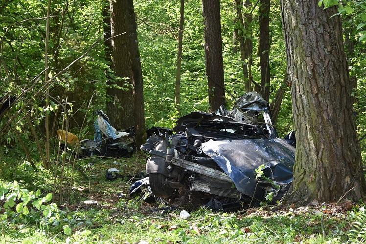 Utracił panowanie nad autem i wjechał w drzewo. Poniósł śmierć na miejscu