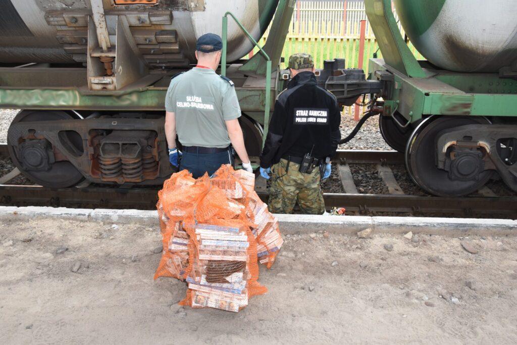 Prawie 1,5 tys. paczek papierosów pod jednym z wagonów